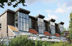 Glasfenster am Dach eines Wohngebäude in Hambur Neu-Allermöhe - moderne Architektur in der Hansestadt Hamburg.