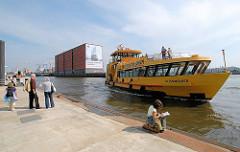 Anleger der Hafenfähre Sandtorkai / Sandtorhafen - die HADAG Fähre Altenwerder legt an - die Fahrgäste warten auf dem Ponton - im Hintergrund der Kaispeicher A; ein Plakat weist auf die zukünftige Elbphilharmonie hin. (2007)