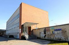 Hamburger Architektur der 1960er Jahre - Zollamt Hamburg Veddel, Bürogebäude; Mosaik an der Hausmauer.