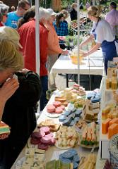 Biohof Gut Wulksfelde - Bauernmarkt. Aussteller präsentieren ihre Bioprodukte und Kunsthandwerk - Stand mit Naturseifen.