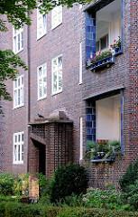 Expressionistische Architektur - Balkoneinfassung mit blau glasierten Kacheln - Wohngebäude in Hamburg Eppendorf.
