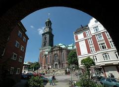 St. Michaeliskirche - Blick durch einen Torbogen in der Wincklerstrasse.