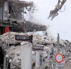 Abrissarbeiten am Brooktor / Dalmannstrasse - ein Gebäudeteil des Amts für Strom- und Hafenbau wird niedergerissen.