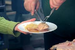 Spanferkel grillen auf dem Eppendorfer Landstrassenfest in Hamburg Eppendorf.  Die Ferkel werden im Alter von ca. 6 Wochen geschlachtet. Das Spanferkel hat seinen Namen vom altgermanischen spänen, was so viel wie säugen heisst.