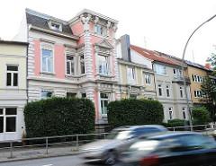Historistische Architektur in Hamburg Marienthal - Gründerzeitgebäude mit rosa Fassade - Autoverkehr, schnell fahrende Autos.