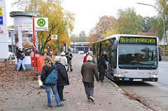 Bushaltestelle mit Fahrgästen - Bus der HVV in der Haltebucht; Elbgaustrasse / Lurup.
