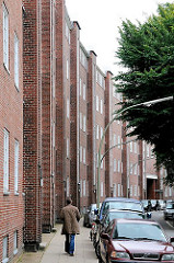Fassade von Wohnblocks der Jarrestadt an der Hölderlinsalle in Hamburg Winterhude.
