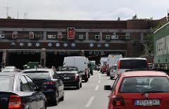 Stau vor dem Elbtunnel - Elbtunneleinfahrt Höhe Hamburg Othmarschen.