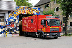 Ein Feuerwehrauto verlässt die Garage der Freiwilligen Feuerwehr Altona im Stadtteil Sternschanze.