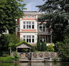 Wohngebäude mit  Gartenhaus am Wasser.