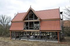 Neubau eines Fachwerkhauses - Dach ist mit Ziegeln eingedeckt.