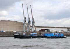 Der Bilgenentöler MARPOL-TAXI im Rosshafen auf dem Weg zur Elbe