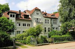 Mehrstöckiges Wohnhaus - Altbauten mit Vorgarten; Fotos aus dem Stadtteil Hamburg Bahrenfeld.