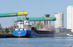 Verladeanlage von Schüttgut im Reiherstieg, dem Hamburger Wasserweg in Wilhelmsburg - ein Frachter wird beladen.