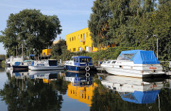 Stadtteil Billbrook - Sportboote Motorboote am Ufer des Billbrookkanals