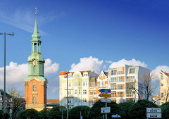 Kirchturm ST. Georgskirche / Heilige Dreieinigkeitskirche - Hausfassaden mehrstöckige Wohnhäuser, Etagenhäuser - historische und moderne Architektur Hamburgs.