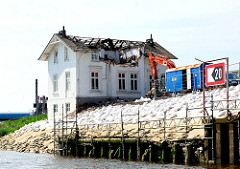 Abrissarbeiten an der Villa Hintzpeter; das Dach des historischen Gebäudes ist weitgehend zerstört.
