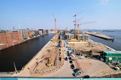 Blick über den Sandtorhafen und Grasbrookhafen auf die Baustelle der entstehenden Hafencity am Kaiserkai. (2007)