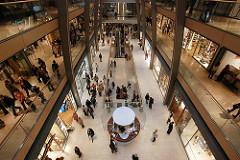 Blick in die Europa Passage - die Einkaufspassage hat eine Länge von 160m und bietet auf ca. 30 000 m² Platz für ca. 120 Geschäfte.