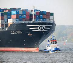 Schiffsbug mit Schlepper - Frachtschiff HANJIN SPAIN  auf der Elbe vor Hamburg.