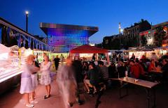 Wochenmarkt am Abend auf dem Spielbudenplatz an der Reeperbahn auf Hamburg St. Pauli.