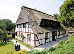 Fachwerkhaus, reetgedeckt; altes Bauernhaus in Hamburg Eißendorf.