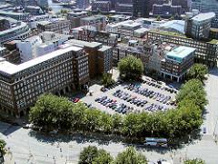 Blick  auf den Domplatz in der Hamburger Altstadt - der historische Platz wird als Parkplatz genutzt ( 2003 )
