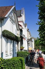 Sonntagsspaziergang entlang der Elbe - Elbweg in Oevelgönne - Spaziergänger.