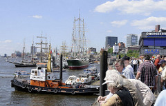 Schlepper an den Vorsetzen - Hamburg Touristen auf der Hamburger Hafenpromenade - Segelschiffe an der Überseebrücke.