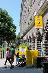 Post in Hamburg Barmbek Nord - Schilder und Briefkasten.