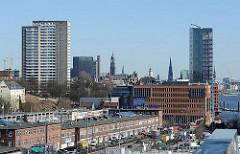 Blick über die Grosse Elbstrasse zu den Neubauten am Altonaer Holzhafen - im Hintergrund die Kirchtürme der Hansestadt Hamburg