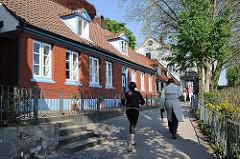 Spazierweg entlang der Elbe - entlang den alten Lotsenhäusern in HH-Oevelgoenne.