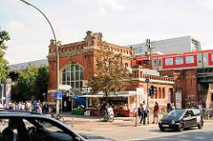 Historisches Gebäude der Bahnstation Sternschanze - Ziegelportal, Eingang des 1903 erbauten Empfangsgebäudes.