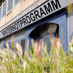 Schriftzug WINTERNOTPROGRAMM an einem Hochhaus an der Spaldingstrasse im Hamburger Stadtteil Hammerbrook.