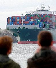Der Containerfrachter THALASSA HELLAS läuft in den Hamburger Hafen ein; das 2013 gebaute Frachtschiff hat eine Länge von 368 m und kann 13808 Standardcontainer TEU transportieren.