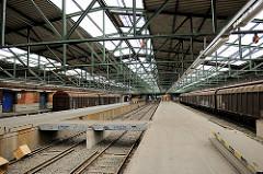 Überdachte Gleisanlage mit Güterwaggons - Güterbahnhof Oberhafen, Hafencity Hamburg.