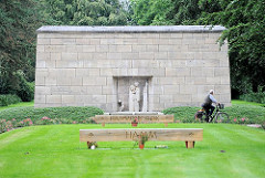 "Sammelgrab der Opfer des Hamburger Feuersturms Gomorra 1943; Mahnmal quadratischer Steinblock, Figurengruppe ""Fahrt über den Styx"", Bildhauer Gerhard Marcks."