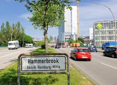 Stadtteilschild Hammerbrook - Bezirk Hamburg Mitte; Autoverkehr auf der Amsinckstrasse.