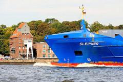 Schiffsbug des Containerfeeders Sleipner vor Hamburg Ottensen - im Hintergrund Speichergebäude in Hamburg Neumühlen.