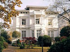 Stadtvilla mit Vorgarten in Hamburg Harvestehude, Bezirk Eimsbüttel - Archtiekturfotografie Hamburgs.