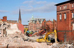 Abriss von Teilen der Verwaltungsgebäude des Amts für Strom und Hafenbau als Vorbereitung zur Bebauung des Areals mit dem Überseequartier - im Hintergrund Gebäude der Speicherstadt und der Turm der St. Petrikirche. 2007