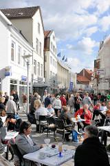 Blick in die Bergedorfer Einkaufsstrasse Sachsentor - shoppende Passanten in der Fussgängerzone. Bilder aus den Hamburger Stadtteilen.