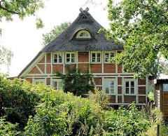 Reetgedecktes Fachwerkhaus im Grünen - Bilder aus dem Hamburger Stadtteil GUT MOOR.