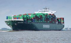 Der Containerfrachter EVER CHARMING mit Containern beladen auf der Elbe in Fahrt Richtung Hamburger Hafen - das 335 m lange Containerschiff kann 8084 TEU Container als Ladung aufnehmen.