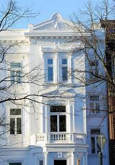 Weisse Hausfassade mit Stuckdekor im Hamburger Stadtteil Rotherbaum