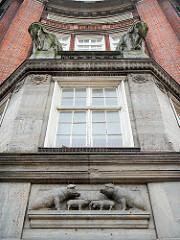 Fassade Wollhandelshaus /  Klöpperhauses mit Elefanten und Schweinen Skulpturen. Erbaut 1913 - Architekt Fritz Höger.