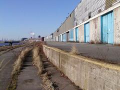Verlassene Kaianlage am Versmannkai des Baakenhafens - Lagerschuppen mit Laderampe - Gras wächst aus den Schienen der Hafenbahn (2004)