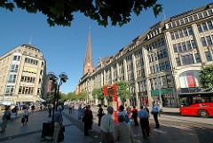 Blick vom Rathausmarkt in die Mönckebergstrasse - Kontorhäuser und Geschäftshäuser; Kirchturm der St. Petrikirche.