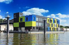Moderne Architektur Hamburgs - schwimmende Häuser auf dem Wasser - Ausstellungsgebäude, Bürogebäude - IBA DOCK - IBA Hamburg GmbH.