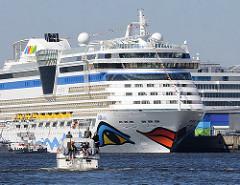 Das Kreuzfahrtschiff AIDAluna am Cruisecenter Hafencity - ein Sportboot fährt Richtung Passagierdampfer.